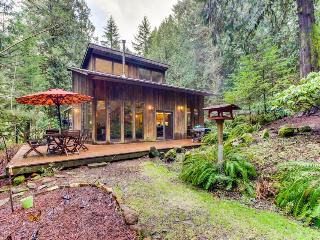 Gorgeous cabin w/ private hot tub, perfect for wine lovers! - Carlton vacation rentals
