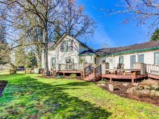 Elegant, dog-friendly home with enclosed yard - wheelchair access! - Newberg vacation rentals