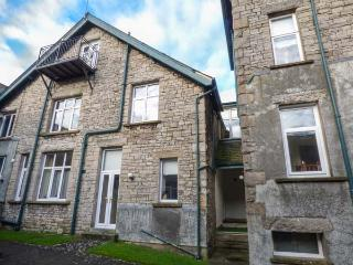 HOLLY DAZE, two-storey apartment, dog-friendly, close to pub, great access to Lake District, in Meathop, Grange-over-Sands, Ref 927215 - Grange-over-Sands vacation rentals