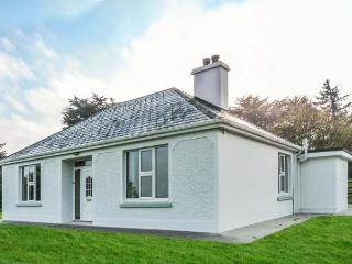 FARM VIEW COTTAGE, detached, open fire, multi-fuel stove, WiFi, private garden, Killarney, Ref 927678 - Killarney vacation rentals