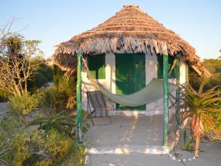 Propose bungalow au bord du lagon, literie neuve. - Anakao vacation rentals
