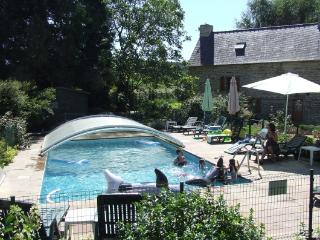 Luxury 2 bedroom cottage, heated allweather pool - St Servant vacation rentals