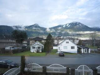 Spacious MOUNTAIN VIEW apartment, walk to shops. - Squamish vacation rentals