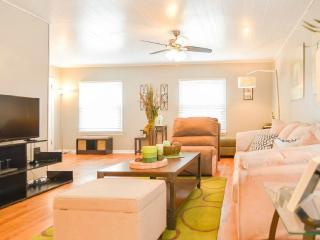 """PLAZA/MIDTOWN*-2BD Cottage House - Kansas City vacation rentals"