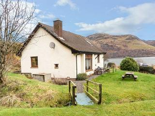 THE CABIN, fantastic views, pet-friendly, lots of walking opportunities, Dornie, Ref 925739 - Dornie vacation rentals