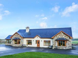 DOOLOUGH LODGE, pet-friendly, close to lough, en-suite, open fire, Killarney, Ref 933246 - Killarney vacation rentals
