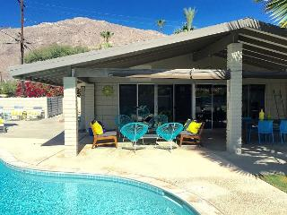 Luxury Meets Budget. Relax at This Just Renovated Atomic Ranch Home. - Palm Springs vacation rentals