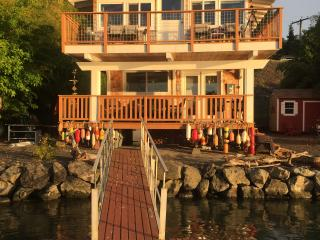 Port Orchard: Charming Beach Cabin with hot tub - Port Orchard vacation rentals