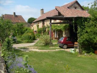 Bright Condo with Garden and Kettle - Beynac-et-Cazenac vacation rentals