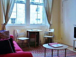 Modern 1 bed, Royal Mile apartment - Edinburgh vacation rentals