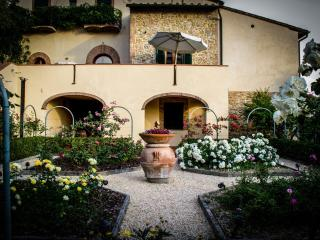 3 bedroom farmhouse in the picturesque Tuscan hills boasting private pool, terrace and garden, sleeps 6 - San Gimignano vacation rentals