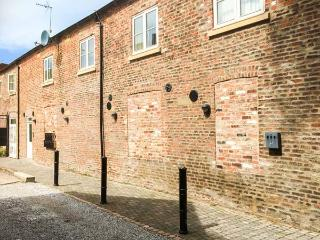 MORLEYS MEWS, lovely duplex apartment in historic market town, close cathedral, market & amenities. In Beverley Ref 18545 - Beverley vacation rentals