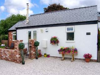THE OLD STABLE, pet-friendly single-storey cottage, open plan, breakfast - Mold vacation rentals