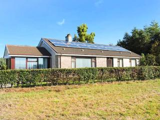 STRATHVIEW, pet-friendly, gas fire, great walking, close to Glamis Castle, Kirrimuir, Ref 927625 - Glamis vacation rentals