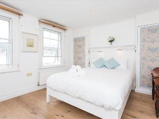 Top Located 2BR Chelsea Apt With Jacuzzi - London vacation rentals