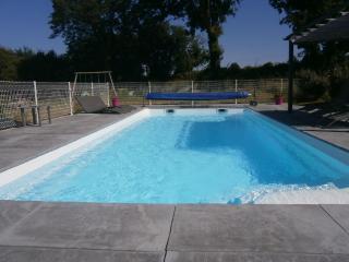 Cottage proche côte de Jade avec piscine chauffée - Saint Viaud vacation rentals