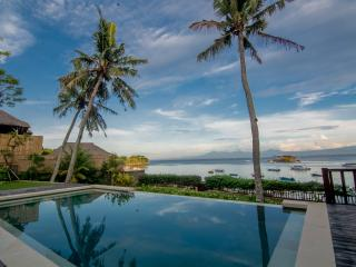 Rumah Kayu Beautiful 4 Bedroom Beachfront Villa - Nusa Lembongan vacation rentals
