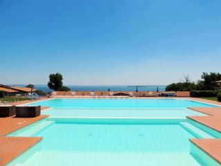Bright Condo with Internet Access and A/C - Gargagnago di Valpolicella vacation rentals