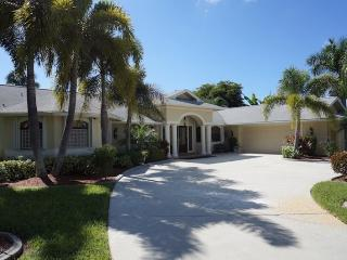 Casa Libra - Cape Coral 3b/2.5ba luxury home w/electric heated pool, gulf access canal, HSW Internet, Boat Dock w/Tiki Hut - Cape Coral vacation rentals