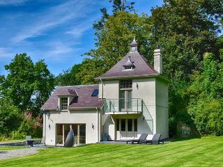 THE WATER TOWER, luxury accommodation, underfloor heating, balcony, surrounded by woodland, close to the beach, Beaumaris, Ref 932425 - Beaumaris vacation rentals