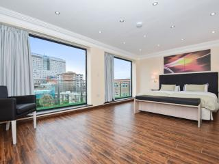 Four Bedroom Apartment - Commercial Road - London vacation rentals