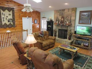 WOW Mtn Views, 2 Kings+, WIFI, Covered Deck & More - Gatlinburg vacation rentals
