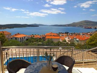 Spacious apartment EL with pool - Okrug Gornji vacation rentals
