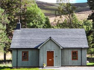 MORVEN COTTAGE, single-storey lodge with multi-fuel stove, hot tub, fishing, close Ballater Ref 933057 - Ballater vacation rentals