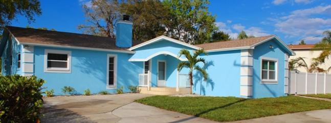 Front of house with private circular drive - 2300 SF 4 bedroom house with heated pool - Tarpon Springs - rentals