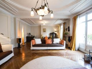 All Inclusive 3 Bedroom Apartment Near the Eiffel Tower - Paris vacation rentals