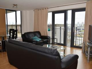 STRATFORD 2 BEDROOM APARTMENT,SLEEPS 6 - London vacation rentals