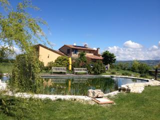 Country-House, garden, pool, horses, near Toscana - Fratta Todina vacation rentals