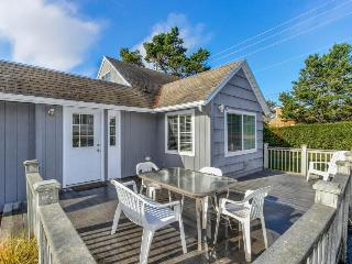Charming cottage w/a game room, extra parking, beach nearby! - Lincoln City vacation rentals