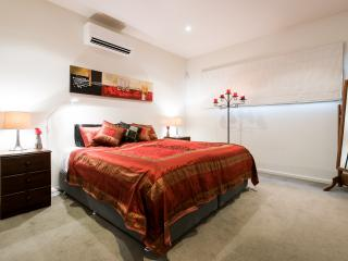 Village lifestyle Fitzroy North cafes trams shops - North Fitzroy vacation rentals