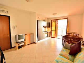 Bright 2 bedroom Sirmione Apartment with A/C - Sirmione vacation rentals