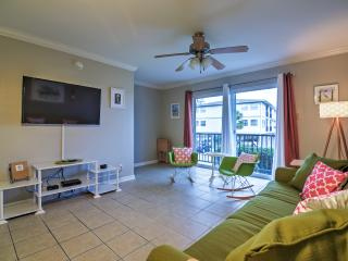 Splendid 1BR Ocean Springs Townhome w/Wifi, Private Balcony, Terrific Views & Access to Biloxi Bay - Outdoor Community Pool! Near Beaches, Fishing, Shopping, Dining & More *Snowbird Special Rate Available!* - Ocean Springs vacation rentals
