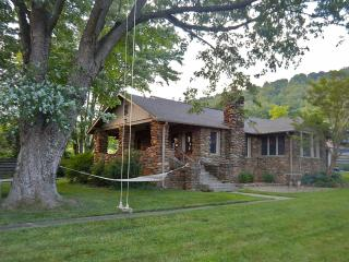 Beekeeper Cottage. See our 5 star reviews on VRBO - Swannanoa vacation rentals