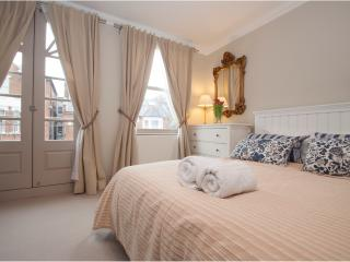 Chic 2 bed, 2 bath with garden in Parsons Green, Fulham - London vacation rentals