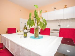 TH00748 Apartments Nuic / Family four bedroom apartment A1 - Makarska vacation rentals