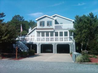 Very clean 6 bedroom home with hot tub! - Cedar Neck vacation rentals