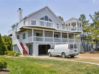 Lovely oceanblock, 6-bedroom, 3-bath home. - Cedar Neck vacation rentals