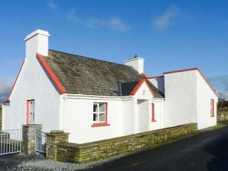 PAKES COTTAGE, detached, WiFi, close to coast, sea views, pet-friendly, Liscannor, Ref 931234 - Liscannor vacation rentals