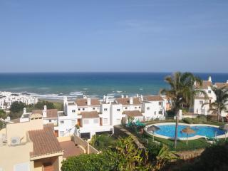 Bright 3 bedroom Puerto de la Duquesa Apartment with Dishwasher - Puerto de la Duquesa vacation rentals