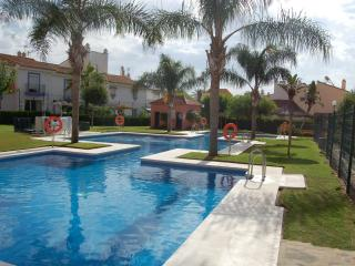 Comfortable 2 bedroom Condo in Puerto de la Duquesa with Garden - Puerto de la Duquesa vacation rentals