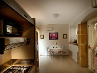 Bilocale con ingresso indipendente e Patio interno - Caltagirone vacation rentals