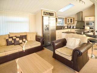 8 MISTY BAY detached lodge on Tattershall Lakes Country Park, en-suite, hot tub, on-site facilities in Tattershall Ref 934148 - Tattershall vacation rentals