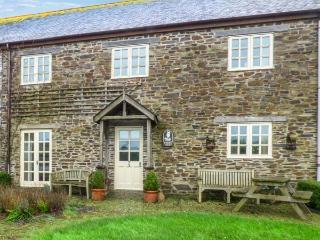 FOXES DEN, barn conversion, en-suites, parking, shared courtyard with swim spa, in Gorran Haven, Ref 933170 - Gorran Haven vacation rentals