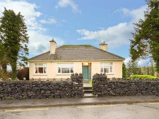 LAUREL LODGE, bungalow with three double bedrooms, open fire, garden, shop and pub 5 mins walk, in Ballyvary, Ref 933363 - Ballyvary vacation rentals