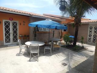 Suíte independente, prática e aconchegante - Caraguatatuba vacation rentals
