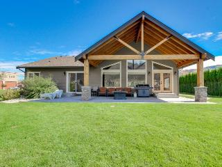 River/lakefront chalet w/private hot tub & river access! - Chelan Falls vacation rentals